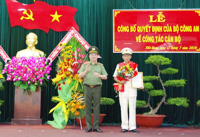 Đại tá Nguyễn Văn Nhựt nhận quyết định bổ nhiệm Giám đốc Công an tỉnh Tiền Giang.