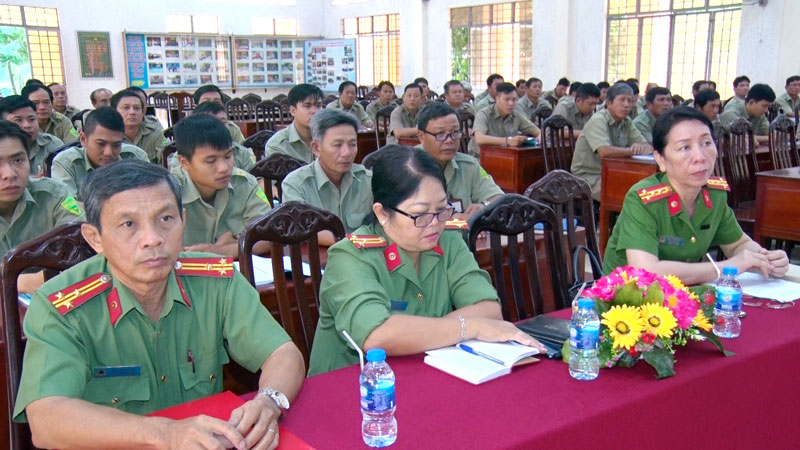 Đại biểu và các học viên dự lễ khai giảng.