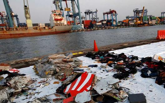 Các mảnh vỡ thu hồi từ chiếc Boeing 737 Max 8 sau tai nạn rơi xuống biển ngoài khơi Indonesia ngày 29-10-2018. Ảnh: Reuters