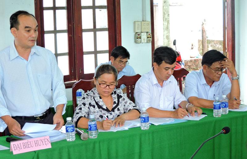 Chủ tịch UBND xã Phú Vang báo cáo tình hình phát triển kinh tế 6 tháng đầu năm.