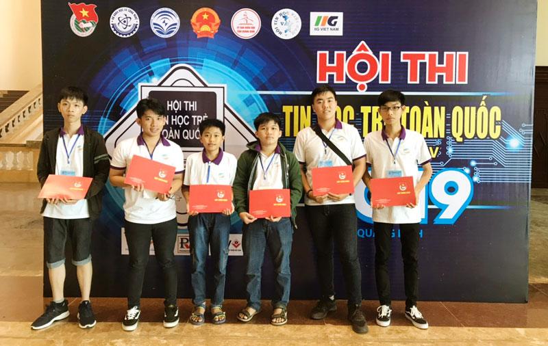 Đoàn Bến Tre nhận giấy chứng nhận tham dự Hội thi Tin học trẻ toàn quốc năm 2019.