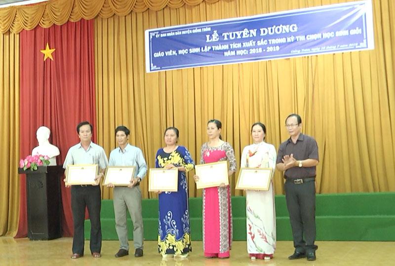 Ông Nguyễn Minh Trung trao giấy khen cho 5 tập thể