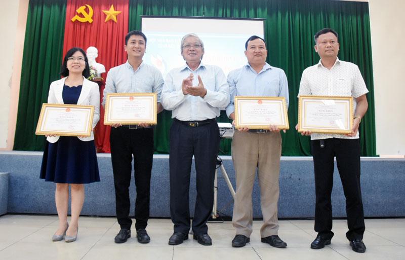 Ông Trần Cao Tư trao giải cho các tác phẩm đạt giải nhất Giải báo chí Sương Nguyệt Anh năm 2019. Ảnh: Cẩm Trúc