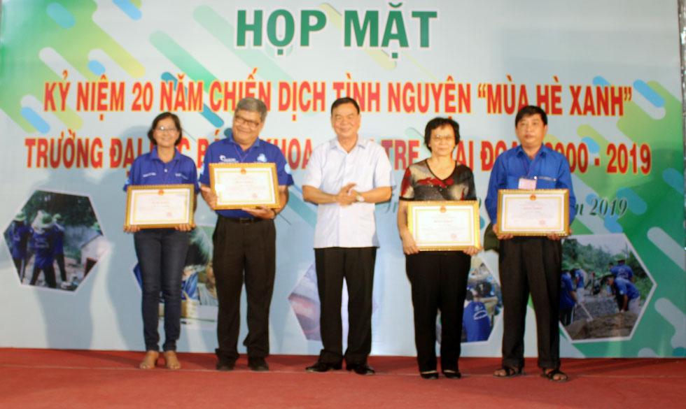 Bí thư Tỉnh ủy Võ Thành Hạo trao bằng khen của UBND tỉnh cho các tập thể có thành tích xuất sắc.