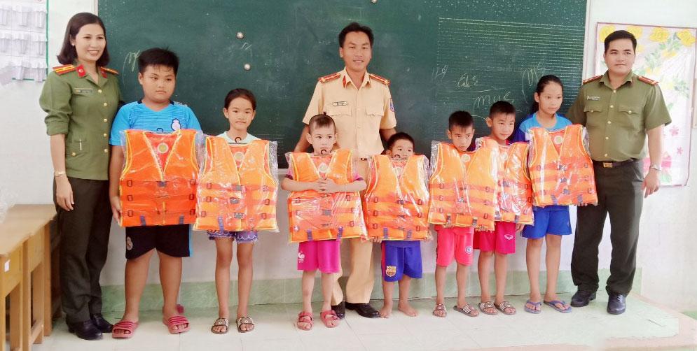 Cảnh sát Giao thông tặng áo phao cứu sinh cho trẻ em.