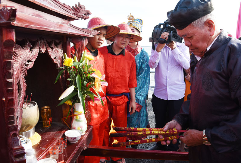 Ban Khánh tiết Lăng Ông Nam Hải tiến hành nghi thức nghinh Ông khi tàu ra đến cửa biển Cửa Đại. Ảnh: Thanh Đồng