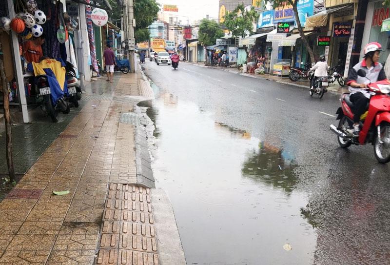 Người chạy xe đã lấn tuyến đường (ngược chiều) để tránh nước ngập. Ảnh: PV