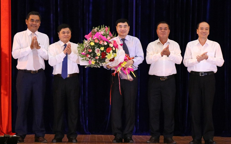 Lãnh đạo tỉnh Đắk Lắk tặng hoa chúc mừng ông Trần Quốc Cường. Ảnh: Cổng TTĐT tỉnh Đắk Lắk