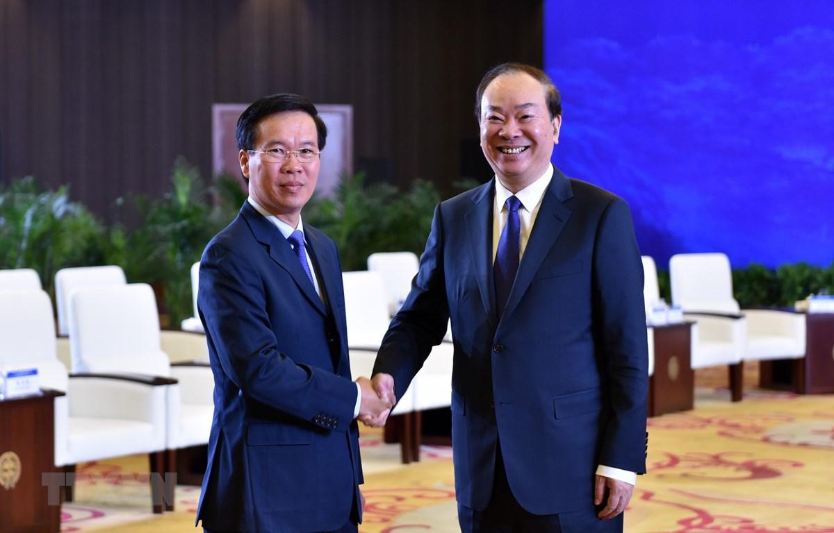 Ông Võ Văn Thưởng (bên trái), Ủy viên Bộ Chính trị, Bí thư Trung ương Ðảng, Trưởng ban Tuyên giáo Trung ương Đảng Cộng sản Việt Nam và ông Hoàng Khôn Minh, Ủy viên Bộ Chính trị, Bí thư Ban Bí thư, Trưởng ban Tuyên truyền Trung ương Đảng Cộng sản Trung Quốc.