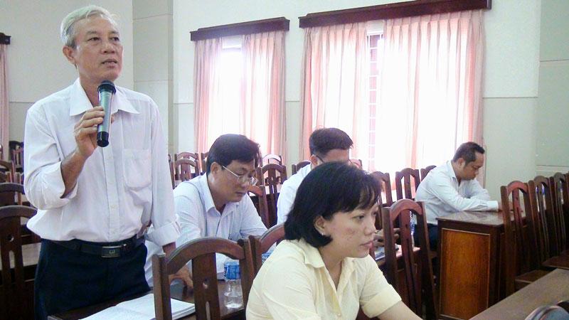 Đại biểu trình bày một số khó khăn ở cơ sở tại buổi họp mặt cán bộ theo dõi, hỗ trợ các chi bộ, đảng bộ cơ sở ở TP. Bến Tre. Ảnh: P. Thảo