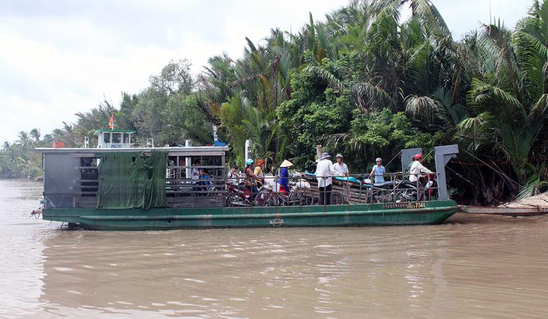 Phương tiện đưa khách sông sang là đối tượng thường xảy ra vi phạm.