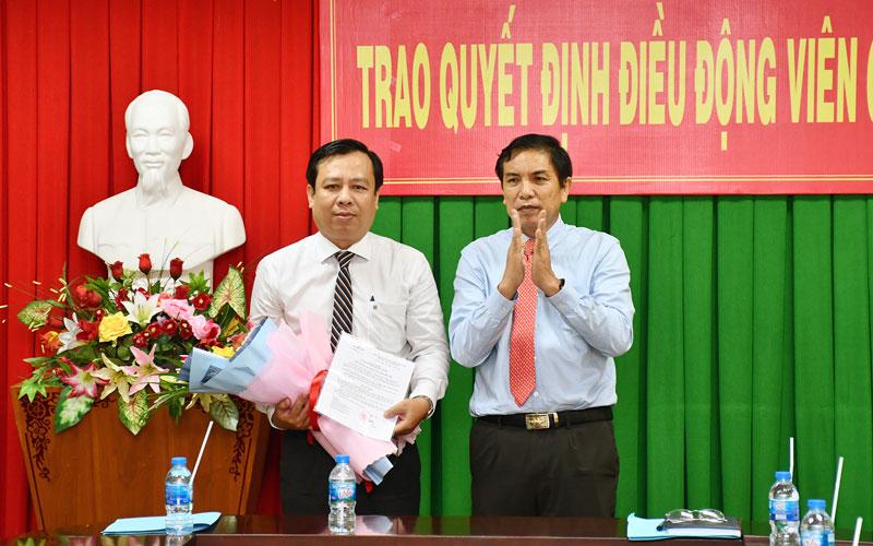 Chủ tịch UBND tỉnh Cao Văn Trọng trao quyết định điều động ông Bùi Minh Tuấn. Ảnh: Hữu Hiệp