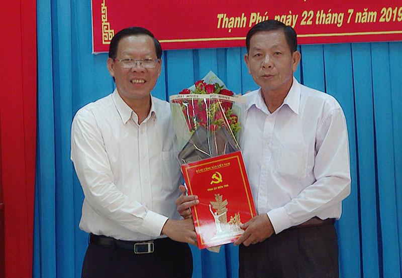 Phó bí thư Thường trực Tỉnh ủy Phan Van Mai trao Quyết định nghỉ hưu cho đồng chí Trần Thanh Tùng. Ảnh: Quốc Vinh