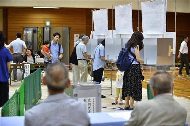 Cử tri bỏ phiếu bầu cử Thượng viện tại Tokyo, Nhật Bản ngày 21/7/2019. (Nguồn: AFP/TTXVN)