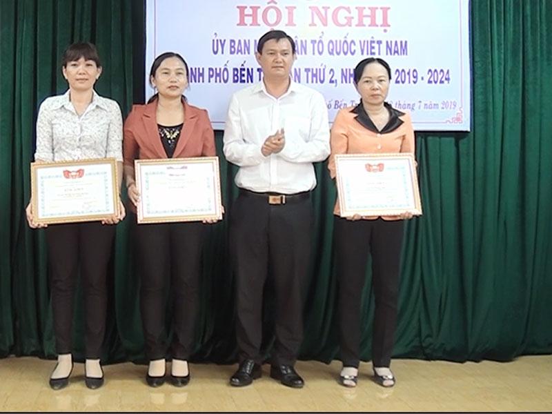 Phó chủ tịch Ủy ban MTTQ Việt Nam tỉnh Nguyễn Phúc Linh trao bằng khen của MTTQ Việt Nam tỉnh cho các tập thể, cá nhân.