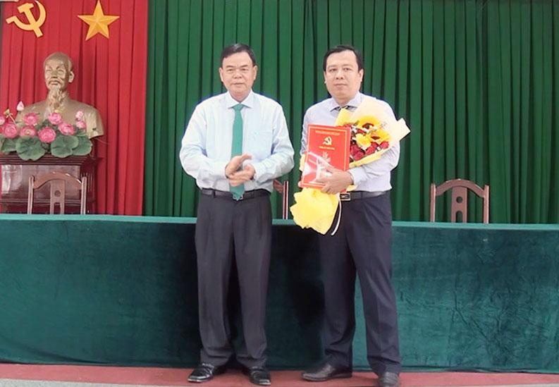 Bí thư Tỉnh ủy Võ Thành Hạo trao Quyết định của Ban Thường vụ Tỉnh ủy cho ông Bùi Minh Tuấn.