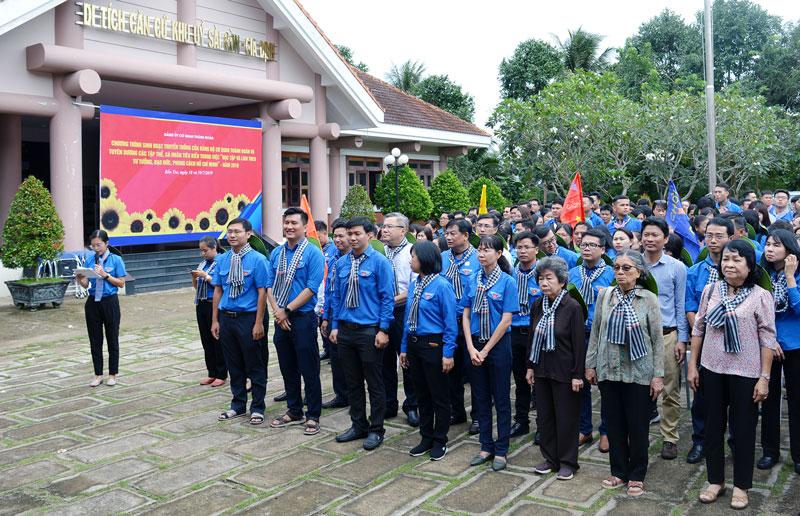 Đoàn cán bộ Đảng ủy Cơ quan Thành Đoàn TP. Hồ Chí Minh dự lễ thắp hương tại Di tích Y4.