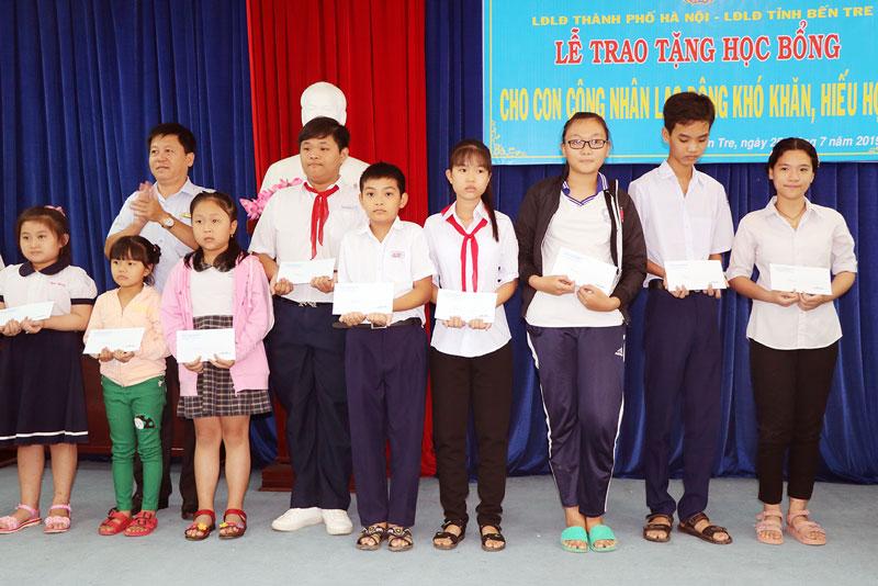 Chủ tịch LĐLĐ tỉnh Phan Song Toàn trao học bổng cho con công nhân lao động.