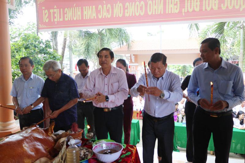 Chủ tịch UBND tỉnh Cao Văn Trọng dâng hương đền thờ liệt sĩ Ba Tri