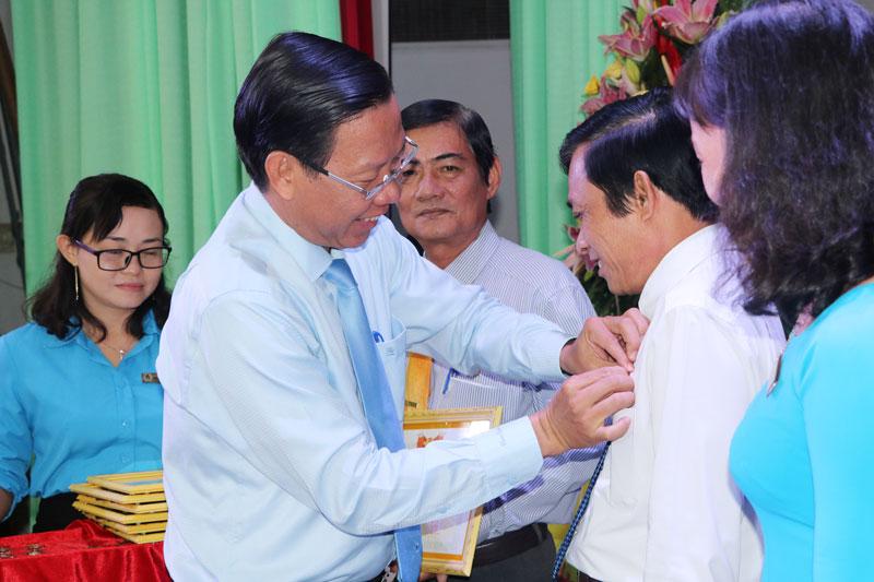 """Phó bí thư Thường trực Tỉnh ủy Phan Văn Mãi trao kỷ niệm chương """"Vì sự nghiệp xây dựng tổ chức Công đoàn"""" cho 32 cá nhân."""