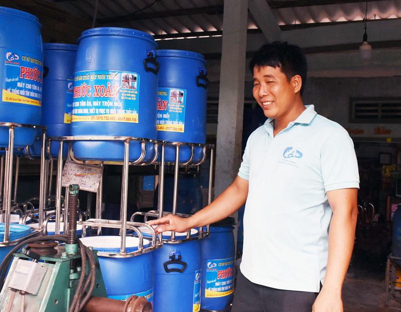 Anh Đào Phước Xoàn với máy cho tôm ăn được người nuôi tôm đánh giá cao.