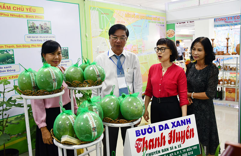 Giám đốc Sở Công Thương Lê Văn Khê tham quan gian hàng bưởi da xanh. Ảnh: H.Hiệp