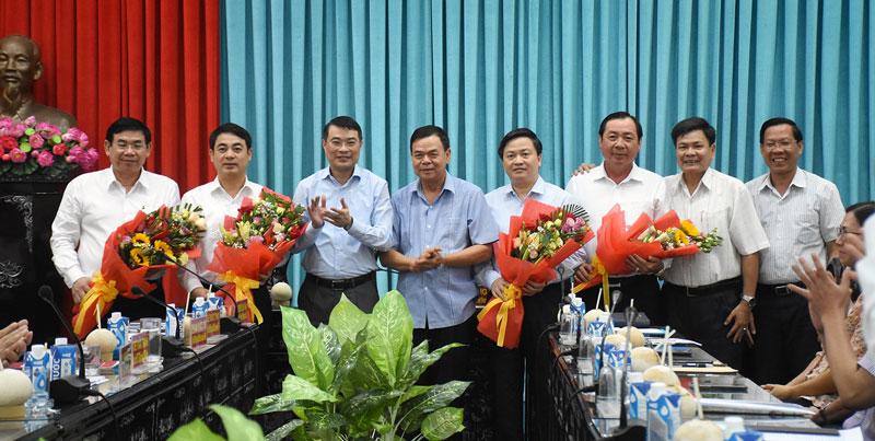 Thống đốc Ngân hàng Nhà nước Việt Nam Lê Minh Hưng (thứ 3, trái sang) và Bí thư Tỉnh ủy Võ Thành Hạo (thứ 4, trái sang) tặng hoa cho đại diện các ngân hàng thương mại trao 10 tỷ đồng tài trợ Lễ hội Dừa tỉnh Bến Tre lần thứ V năm 2019.