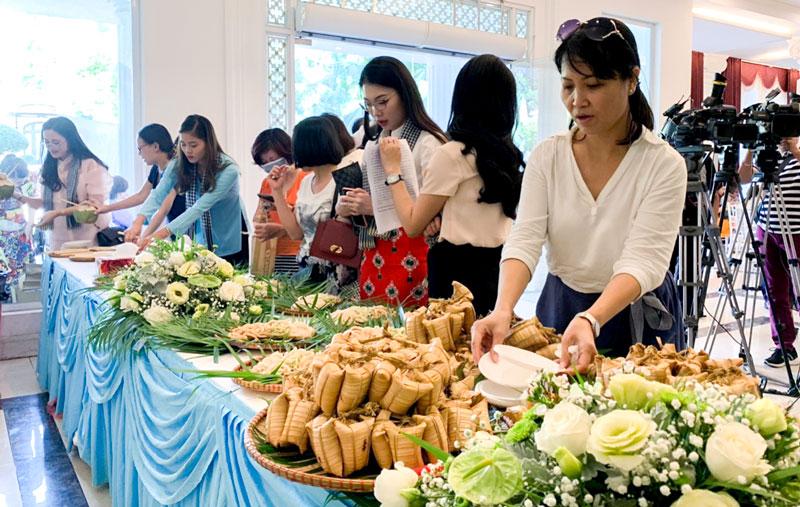 Bánh dừa Bến Tre được giới thiệu tại buổi họp báo. Ảnh: Hoài Phong