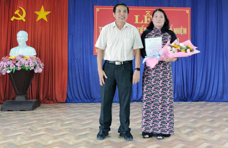 Chủ tịch UBND tỉnh Cao Văn Trọng trao Quyết định cho bà Nguyễn Thị Bé Mười.