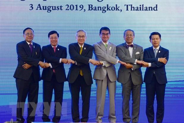 Phó thủ tướng, Bộ trưởng Ngoại giao Phạm Bình Minh (thứ hai, từ trái sang), Bộ trưởng Ngoại giao Nhật Bản Taro Kono (thứ ba, từ phải sang) và các Bộ trưởng Ngoại giao dự hội nghị chụp ảnh chung. (Ảnh: Hữu Kiên/TTXVN)