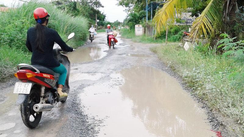 Một đoạn đường ĐH08 thuộc xã Thạnh Trị (gần cầu Sáu Chiếm). Ảnh chụp khoảng 16 giờ 30 ngày 1-8-2019.   Ảnh: PV