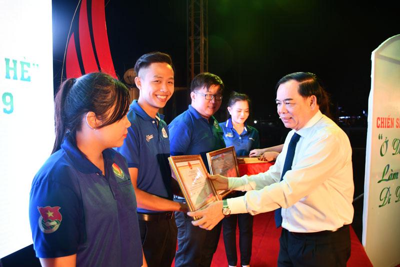 Phó Chủ tịch UBND tỉnh Nguyễn Hữu Lập, Phó Bí thư Tỉnh ủy Trần Ngọc Tam trao Bằng khen cho các cá nhân tiêu biểu trong phong trào tình nguyện