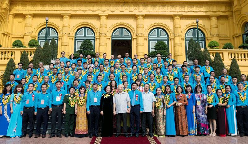 90 chủ tịch công đoàn cơ sở tiêu biểu chụp ảnh với Tổng Bí thư, Chủ tịch nước Nguyễn Phú Trọng. (Ảnh do nhân vật cung cấp)