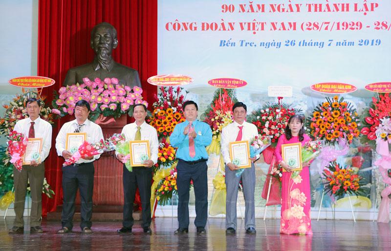 """Chủ tịch LĐLĐ tỉnh Phan Song Toàn trao tặng """"Giải thưởng 28-7"""" cho các chủ tịch CĐCS. Ảnh: T.Thảo"""