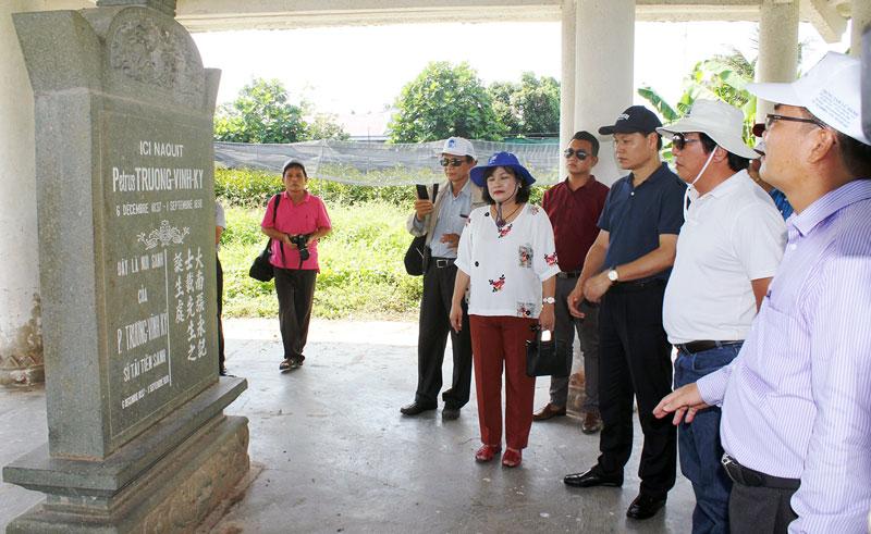 Du khách tham quan khu lưu niệm nhà bác học Trương Vĩnh Ký tại xã Vĩnh Thành, huyện Chợ Lách, tỉnh Bến Tre.