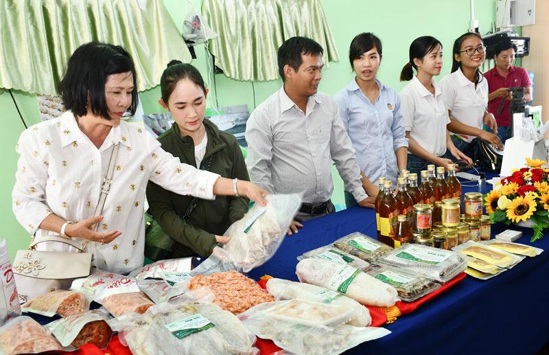 Trưng bày, giới thiệu các sản phẩm làng nghề cá khô Bình Thắng (Bình Đại). Ảnh: Hữu Hiệp