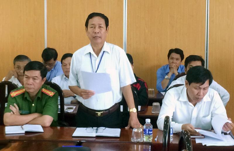 Chủ tịch UBND huyện, Trưởng ban An toàn giao thông huyện Lê Văn Răng phát biểu tại hội nghị.