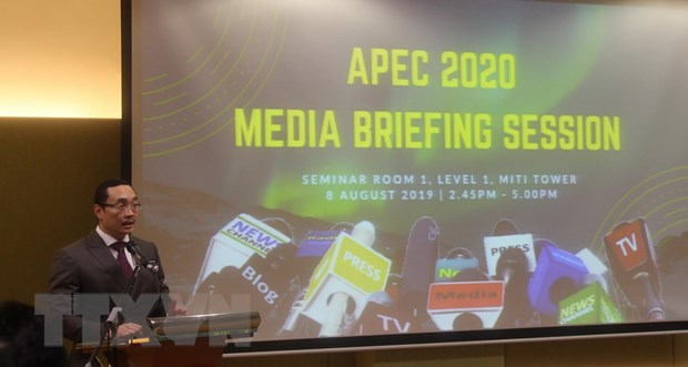Thứ trưởng Bộ Thương mại quốc tế và công nghiệp Malaysia Norazman Ayob phát biểu tại họp báo. Ảnh: Hà Ngọc/TTXVN