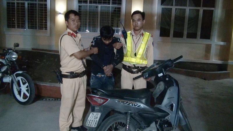 Lực lượng Cảnh sát giao thông bắt giữ đối tượng cùng tang vật.