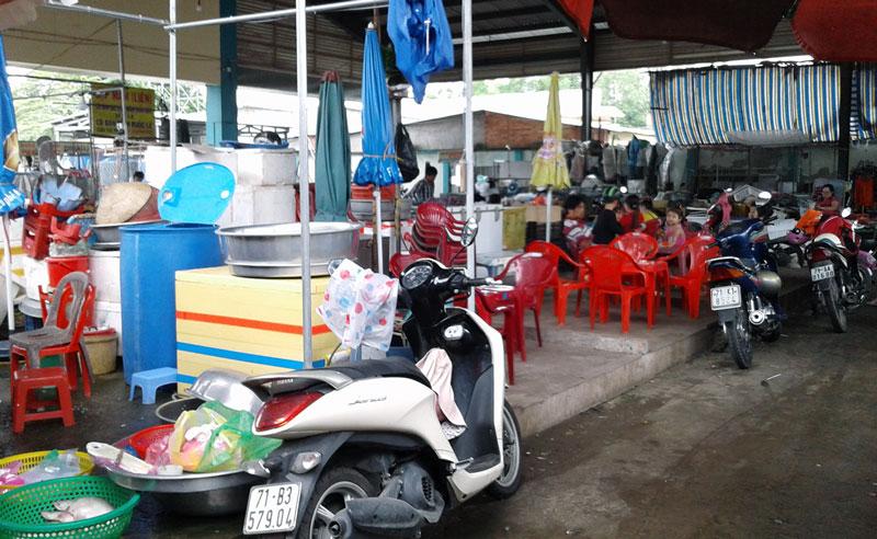 Khu vực tranh chấp giữa 2 hộ tiểu thương bán cá tại chợ Đầu mối. Ảnh: PV