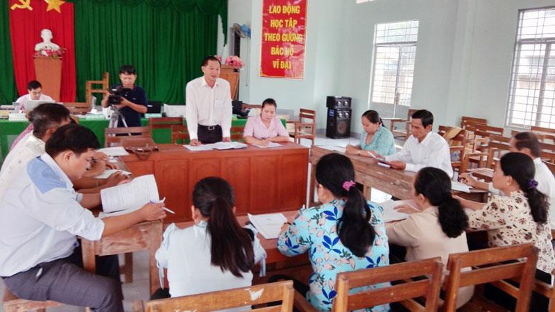 Ông Bùi Thanh Hiếu - Chủ tịch UBND xã Phong Nẫm, huyện Giồng Trôm triển khai các chương trình tín dụng chính sách xã hội.