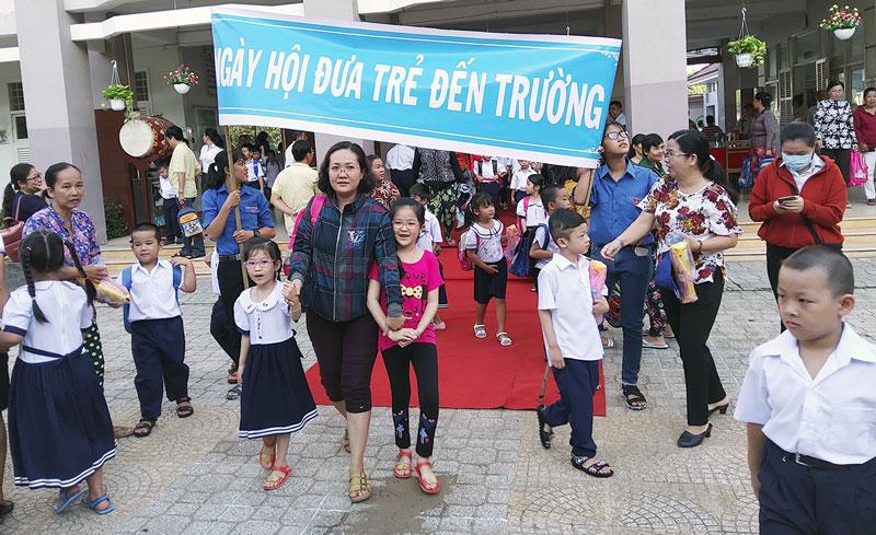 Phụ huynh và học sinh trong ngày hội đưa trẻ đến trường. Ảnh: H.Thi