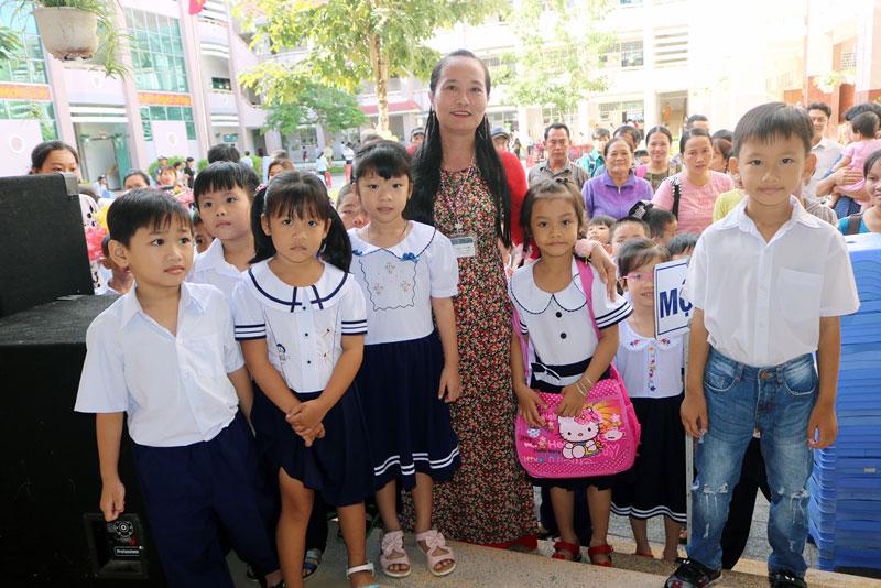 Học sinh lớp 1 năm học 2019-2020 của Trường Tiểu học Bến Tre trong ngày Toàn dân đưa trẻ đến trường. Ảnh: P. Hân