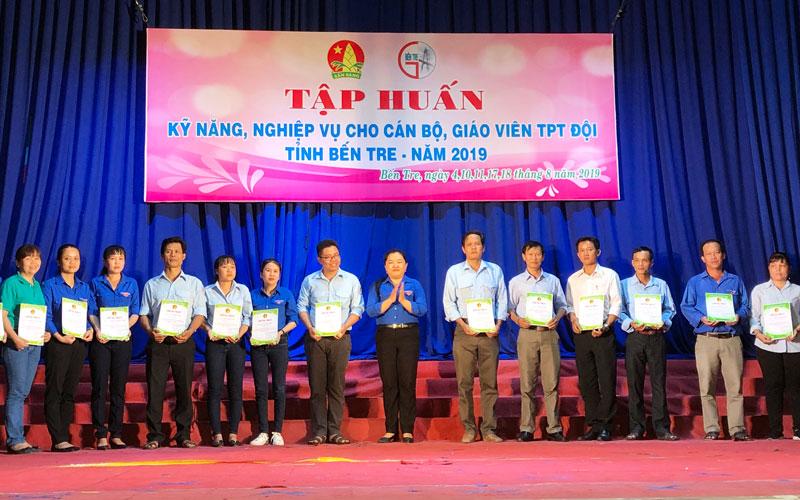 Ban tổ chức trao giấy chứng nhận hoàn thành tập huấn cho cán bộ, giáo viên Tổng phụ trách Đội