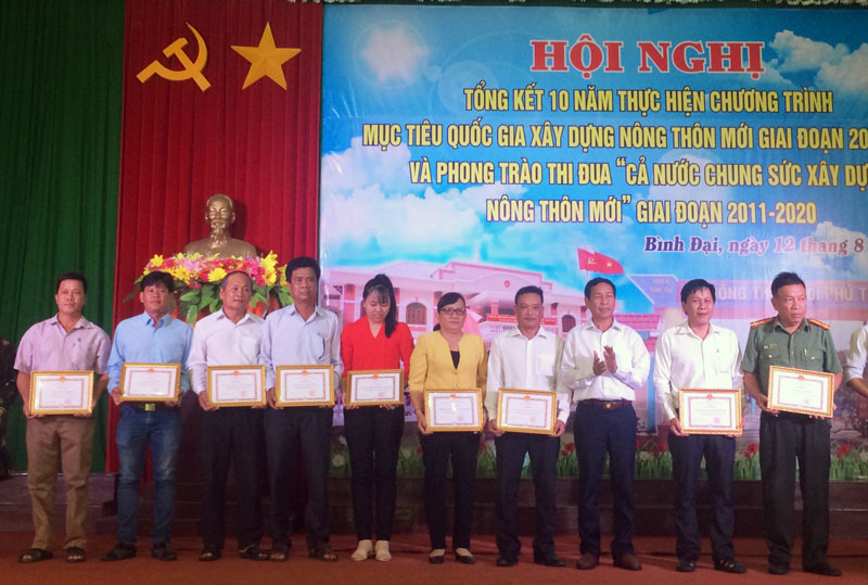 UBND huyện tặng giấy khen cho các nhân tập thể tiêu biểu trong 10 năm xây dựng NTM