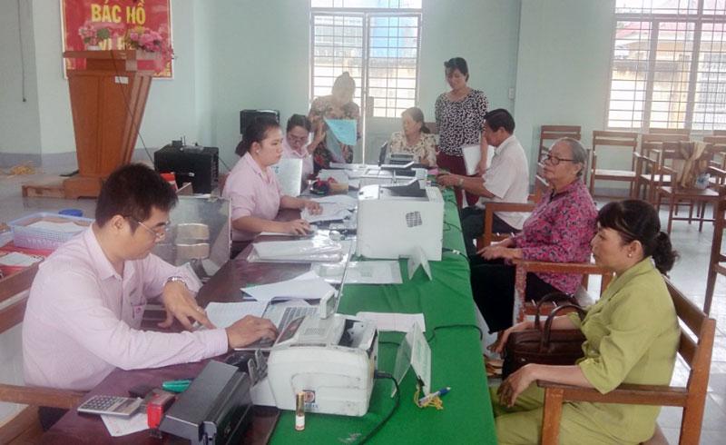 Ngân hàng Chính sách xã hội thực hiện các giao dịch với khách hàng tại điểm giao dịch xã Phong Nẫm, huyện Giồng Trôm.
