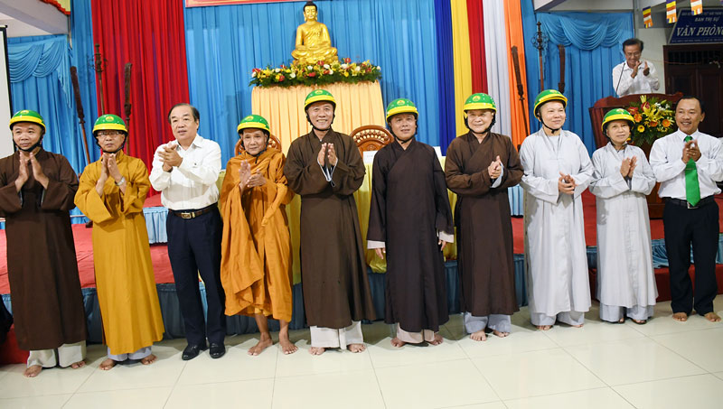 Ban An toàn giao thông tỉnh phối hợp tuyên truyền, phát mũ bảo hiểm cho các chức sắc tôn giáo. Ảnh: H. Hiệp