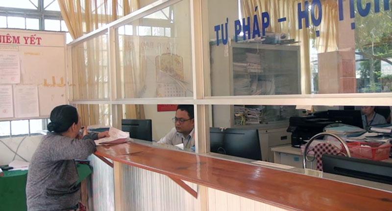 Giải quyết thủ tục hành chính cho người dân tại bộ phận 1 cửa xã Bình Phú.