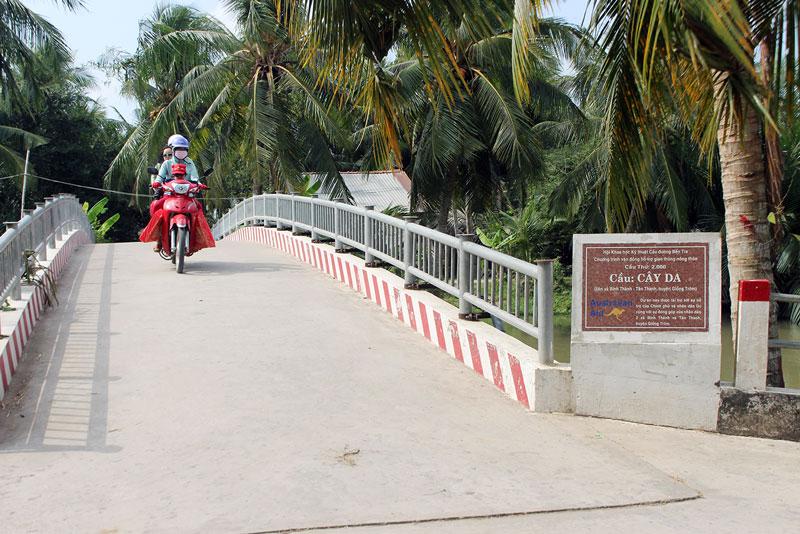 Cầu liên xã Bình Thành - Tân Thanh được xây dựng từ nguồn vận động nhân dân đóng góp.