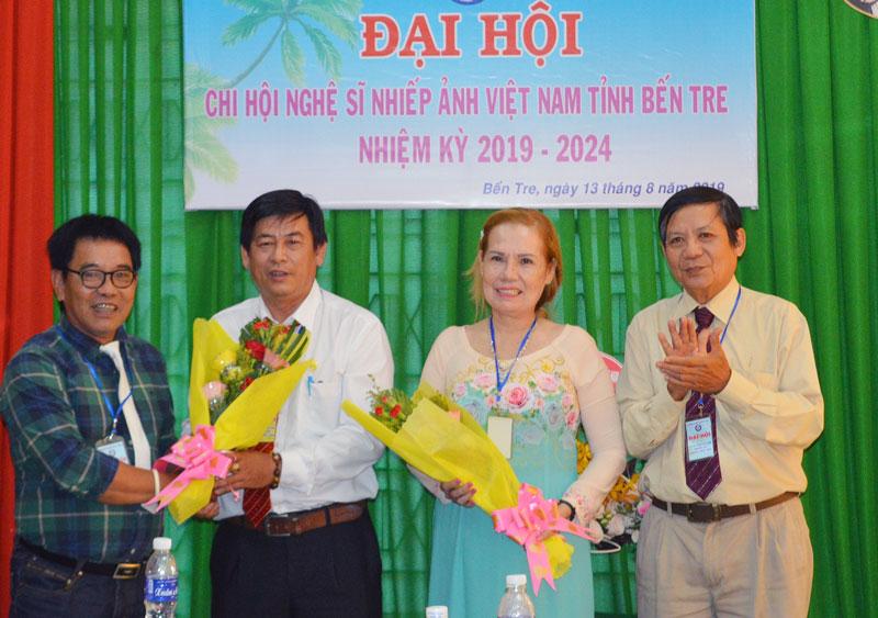 Lãnh đạo Hội Văn học - Nghệ thuật Nguyễn Đình Chiểu và Hội NSNA Việt Nam tặng hoa cho Ban Chấp hành mới.